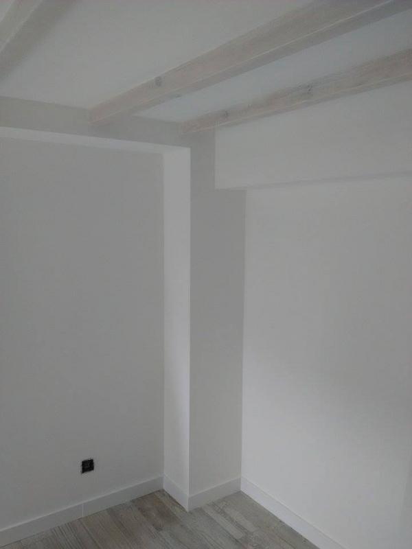 Cloison / faux-plafond avec poutre apparente