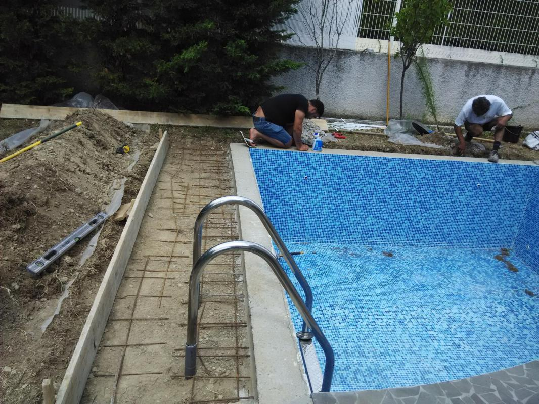 Pose mosaïque dans une piscine